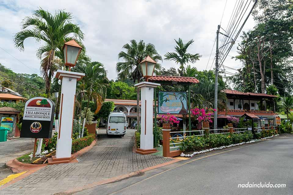 Fachada del Hotel Villa Vosque junto al Parque Nacional Manuel Antonio (Costa Rica)