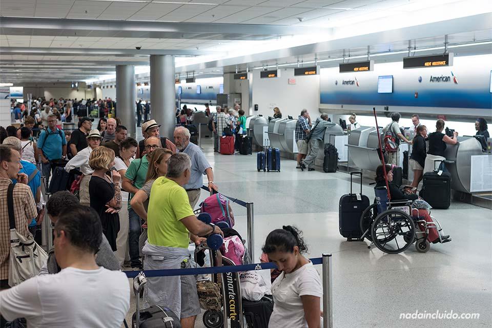 El servicio de atención al cliente de American Airlines del aeropuerto de Miami abarrotado de gente