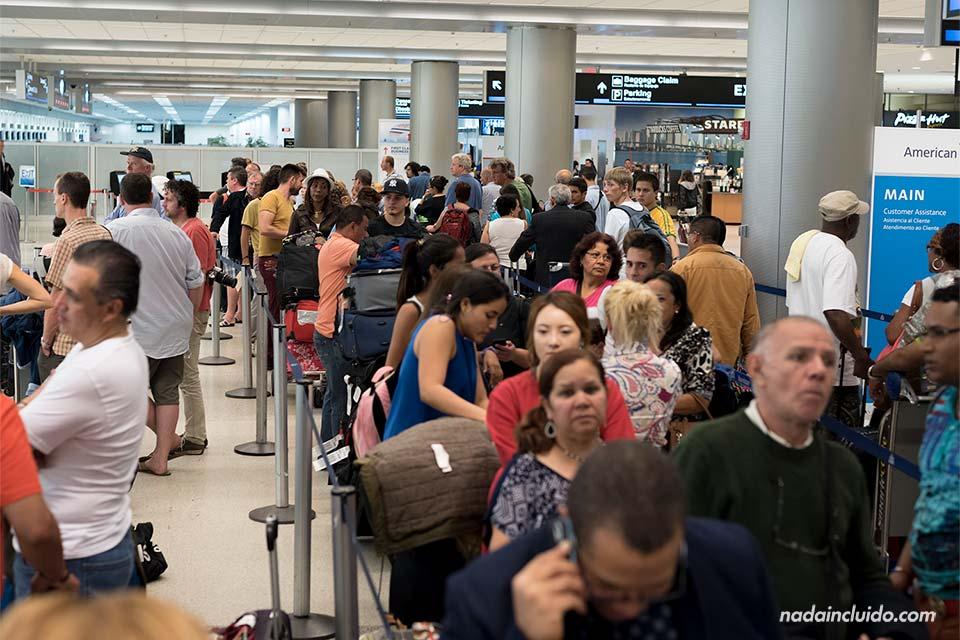 Servicio de atención al cliente de American Airlines en el aeropuerto de Miami (Estados Unidos)