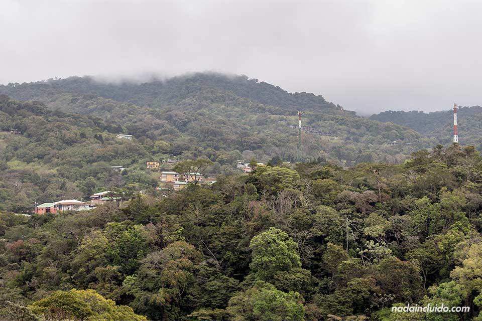 Vista de Monteverde desde lejos (Costa Rica)