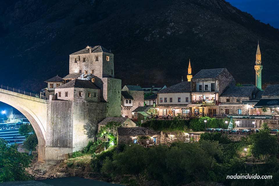 Foto nocturna del Old Town de Mostar (Bosnia)