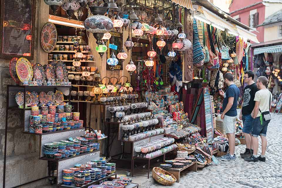 Tienda de recuerdos en el Old Town de Mostar (Bosnia)
