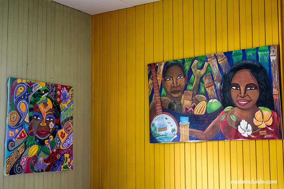 Cuadros en la Casa de la Cultura de Puerto Viejo (Costa Rica)