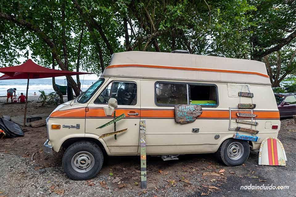 Furgoneta hippie junto a la playa de Puerto Viejo (Costa Rica)