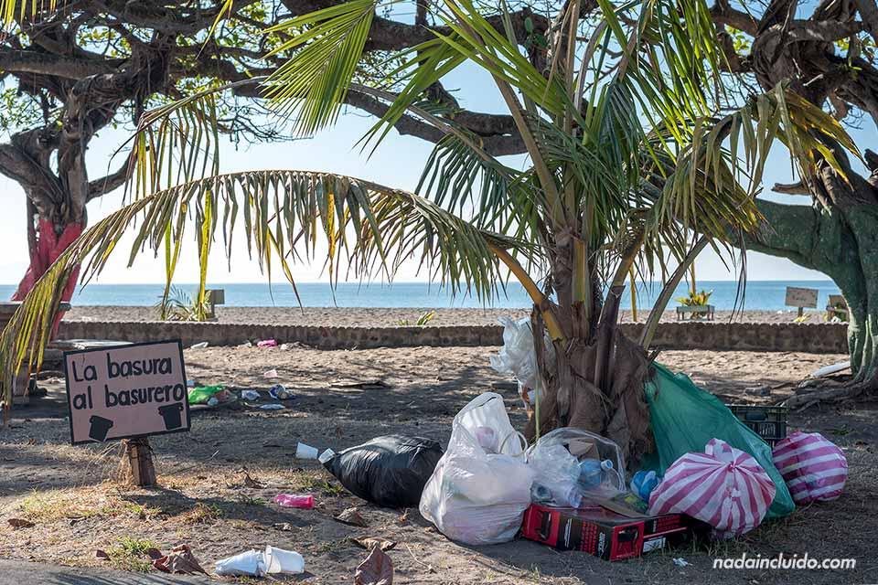 Montones de basura junto a la playa de Puntarenas (Costa Rica)