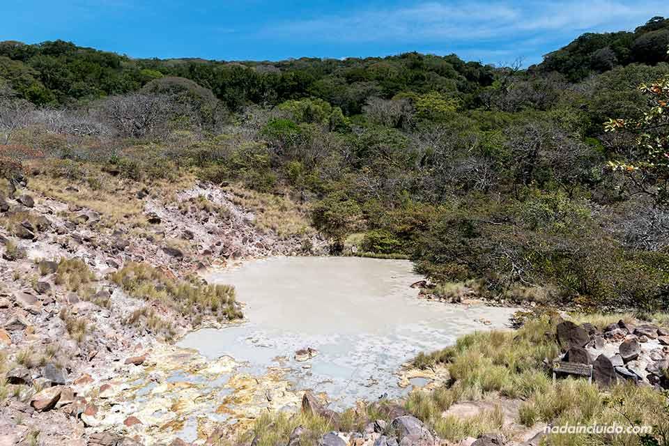 Una laguna fumarólica en el Parque Nacional Rincón de la Vieja (Costa Rica)