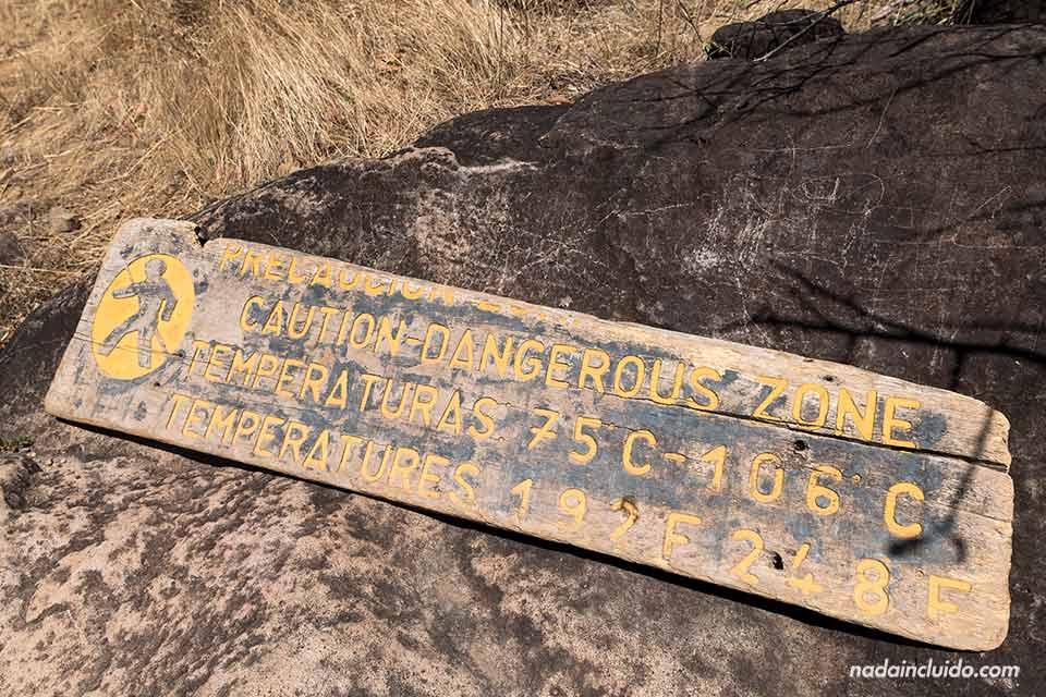 Señal avisando sobre los peligros del calor en las pailas del Parque Nacional Rincón de la Vieja (Costa Rica)