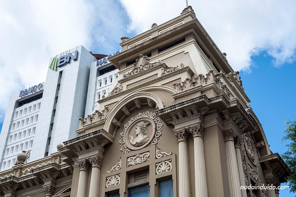 Edificio del Banco Nacional de Costa Rica junto al edificio de Correos (San José) - Seguridad en Costa Rica