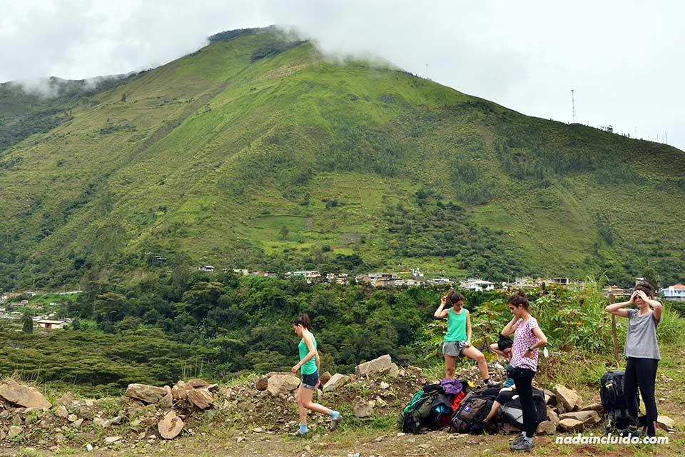 Unas viajeras descansan en el camino de Santa Teresa a la Hidroeléctica, con destino final en Machu Picchu