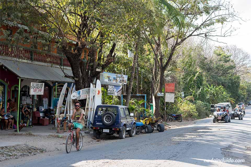 Calle de la comunidad de Santa Teresa, en Costa Rica