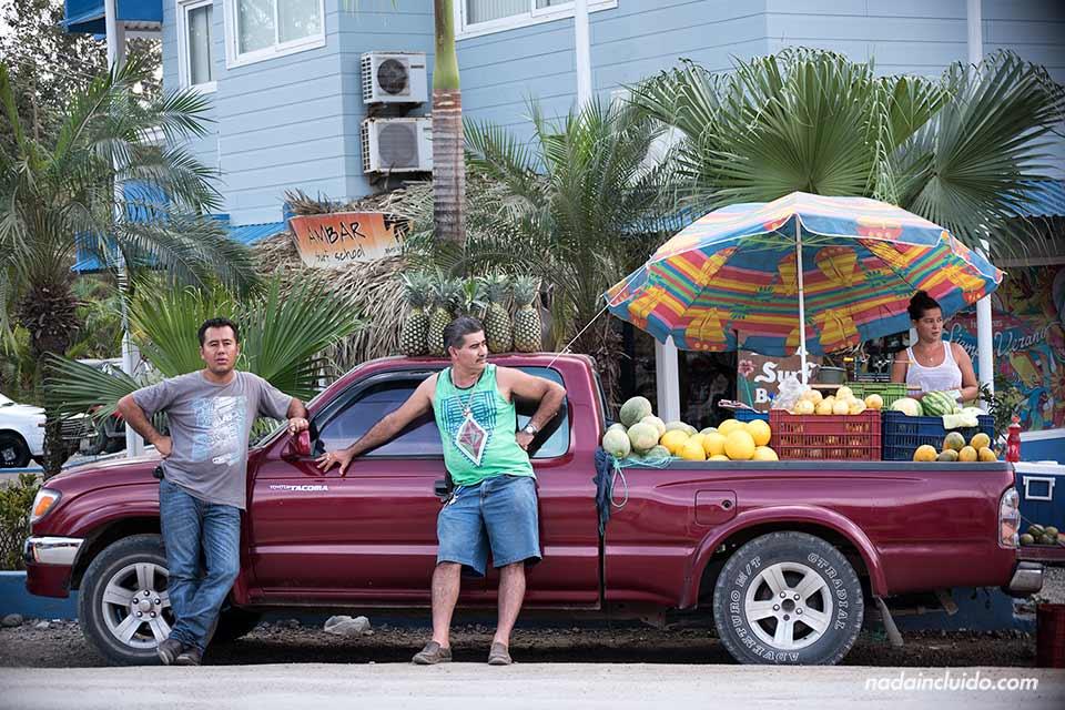 Puesto de venta ambulante de fruta en Santa Teresa (Costa Rica)
