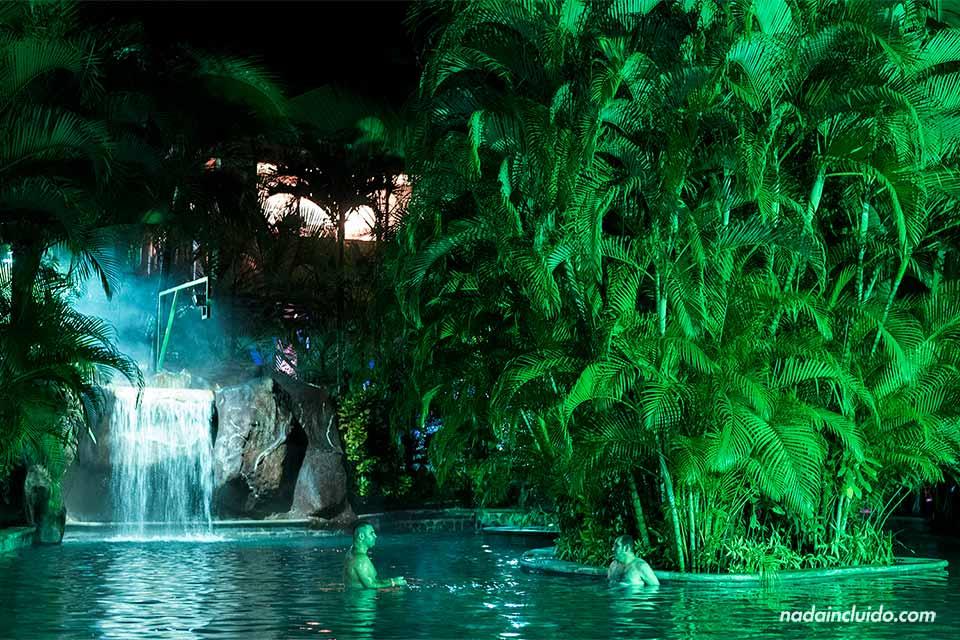 Noche en las Termas Baldi Hot Spring (La Fortuna, Costa Rica)