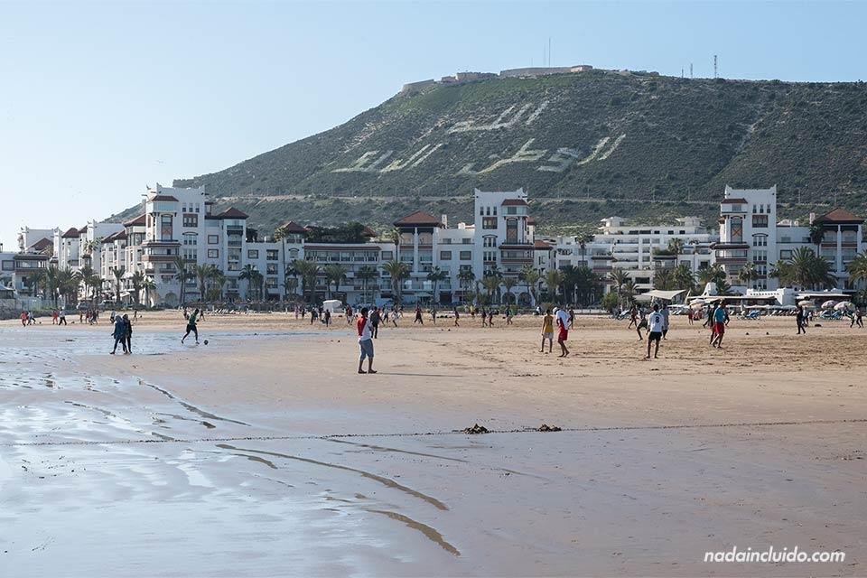 Playa de Agadir con la Kasbah de fondo (Marruecos)