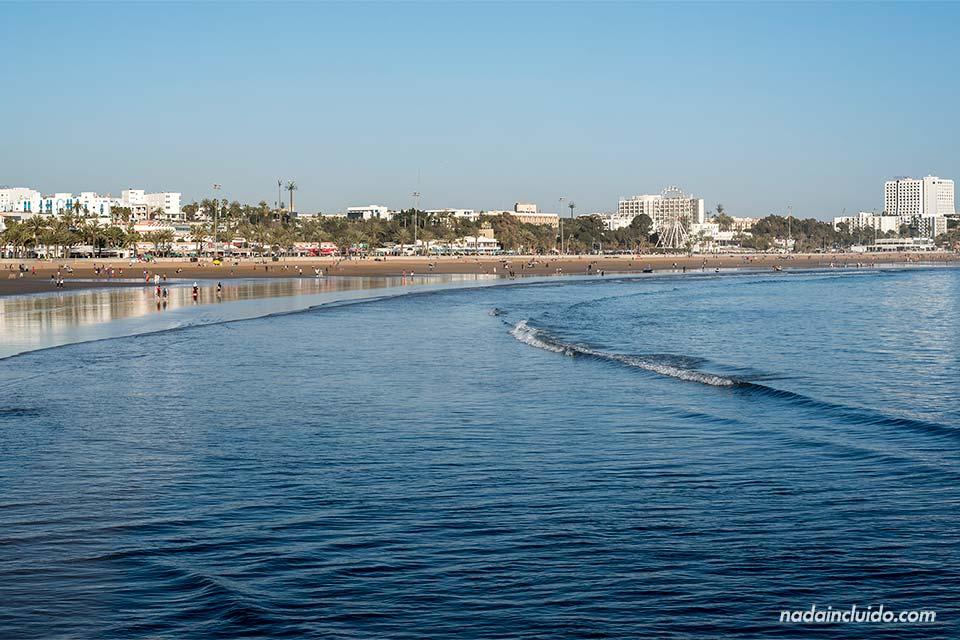Mar en calma en la playa de Agadir (Marruecos)