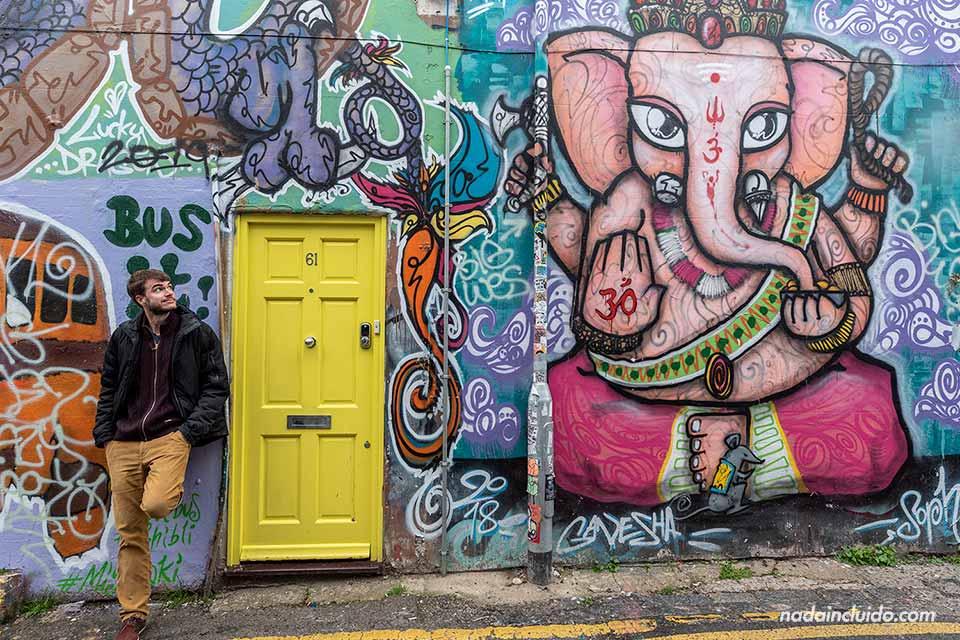 Junto a un grafiti de Ganesha en la Trafalgar Lane de Brighton (Inglaterra)