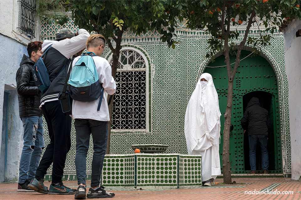 Mujer con burka en la puerta de una mezquita de Chefchaouen (Marruecos)