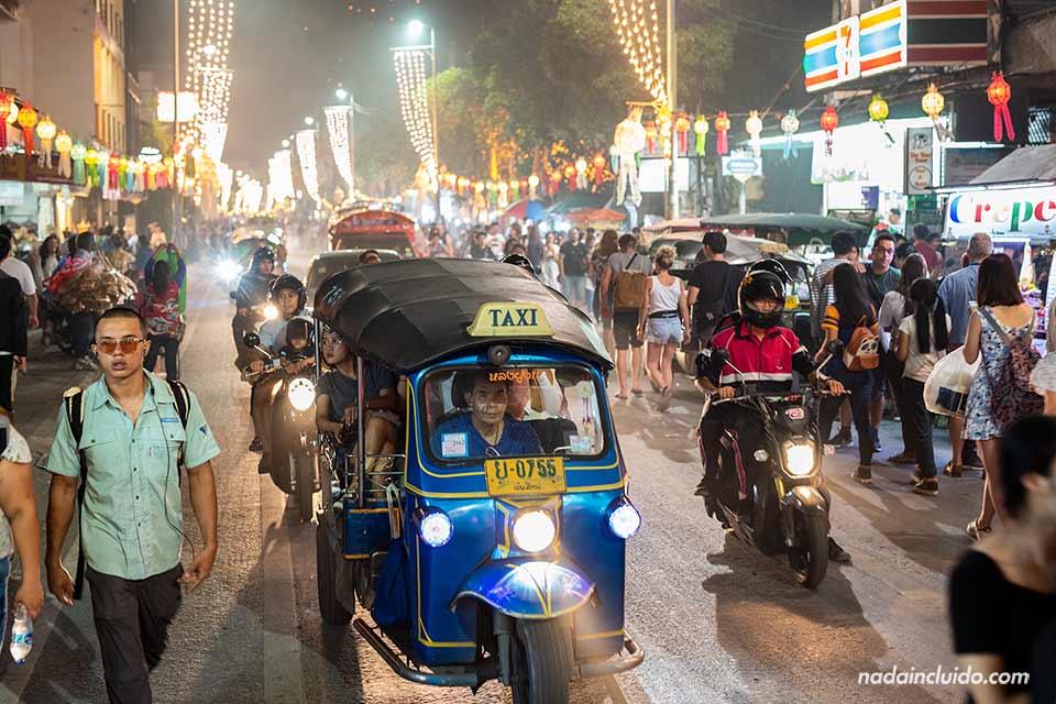Ambiente nocturno en la calle Thapae de Chiang Mai durante el festival del Loy Krathong y Yee Peng (Tailandia)