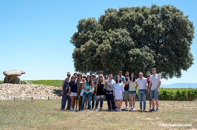 Blogueros en el Dolmen de la Hechicera (Rioja Alavesa, España)