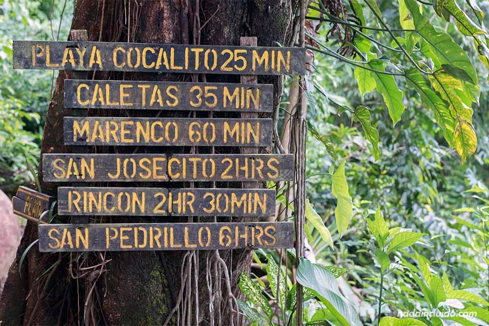Un cartel señala las distancias a los principales destinos a visitar en Drake (Costa Rica)