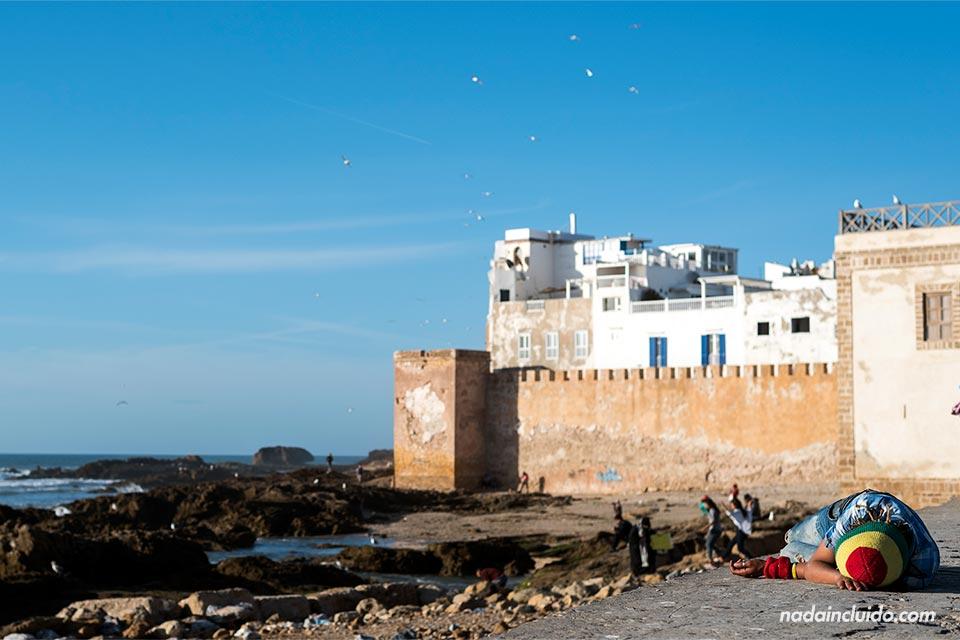 Marroquí durmiendo en el puerto de Essaouira (Marruecos)
