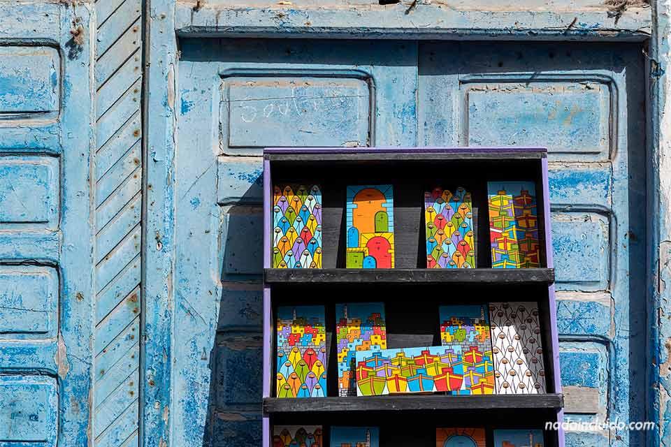 Pinturas en el zoco de Essaouira (Marruecos)