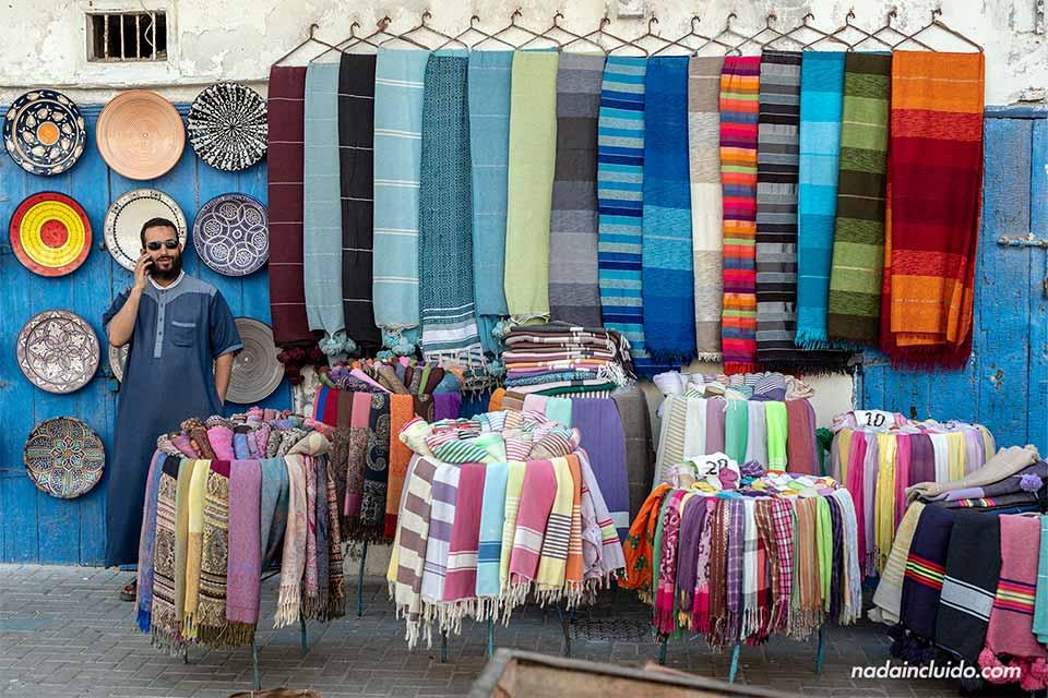 Puesto de telas en el zoco de Essaouira (Marruecos)