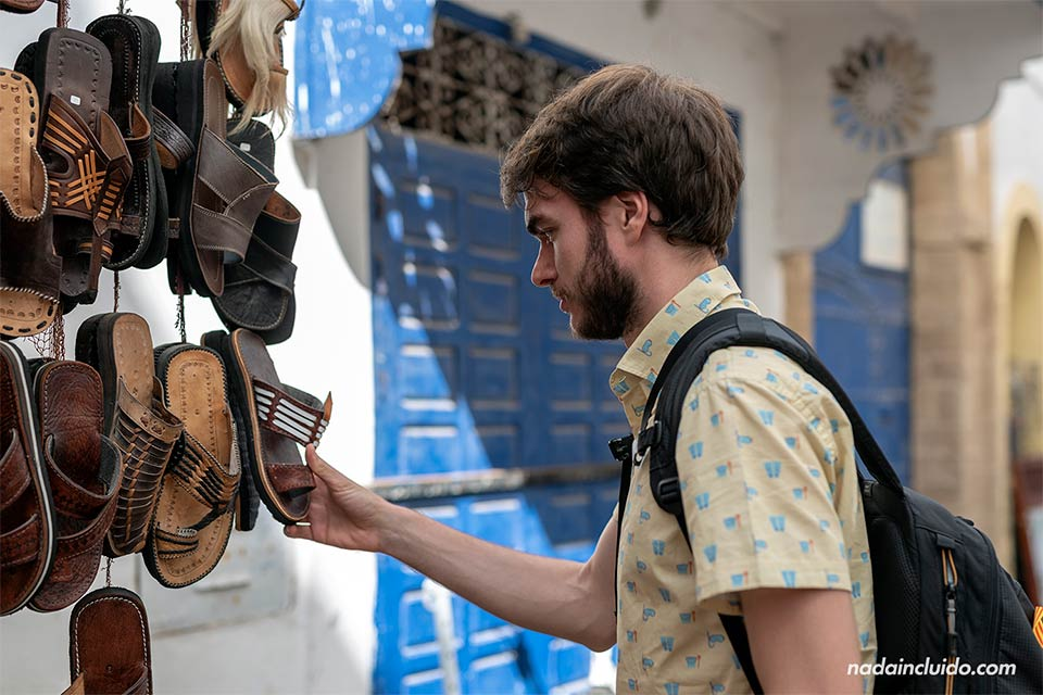 Viendo sandalias en el zoco de Essaouira (Marruecos)