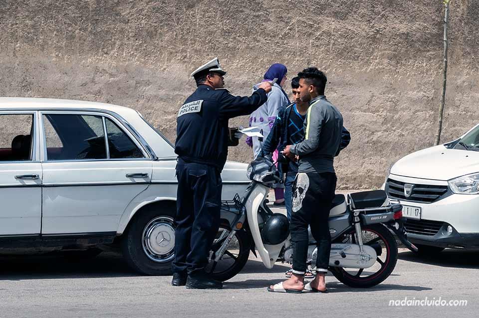 Un policía pone una multa a dos marroquíes en Fez (Marruecos)