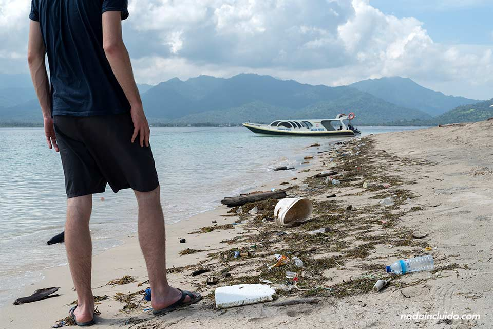 Basura en la playa de Gili Air (Indonesia)