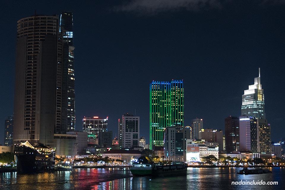 Iluminación nocturna de la ciudad de Ho Chi Minh (Vietnam)