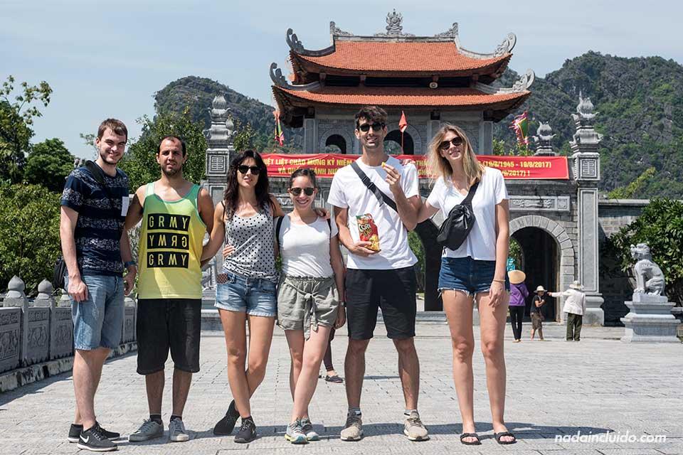 En la entrada de la ciudadela de Hoa Lu, en Ninh Binh (Vietnam)