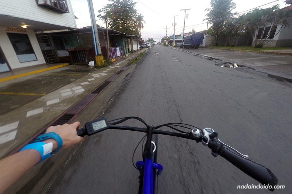 Paseando con una bicicleta eléctrica por Bocas Town (Bocas del Toro, Panamá)