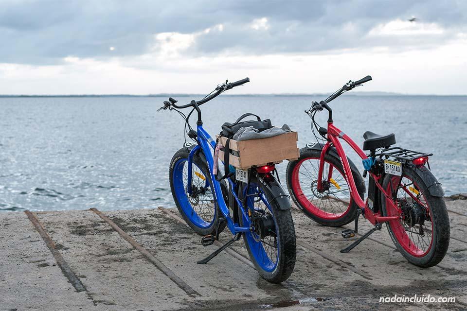 Bicicletas eléctricas en Bocas Town, isla Colón (Bocas del Toro, Panamá)