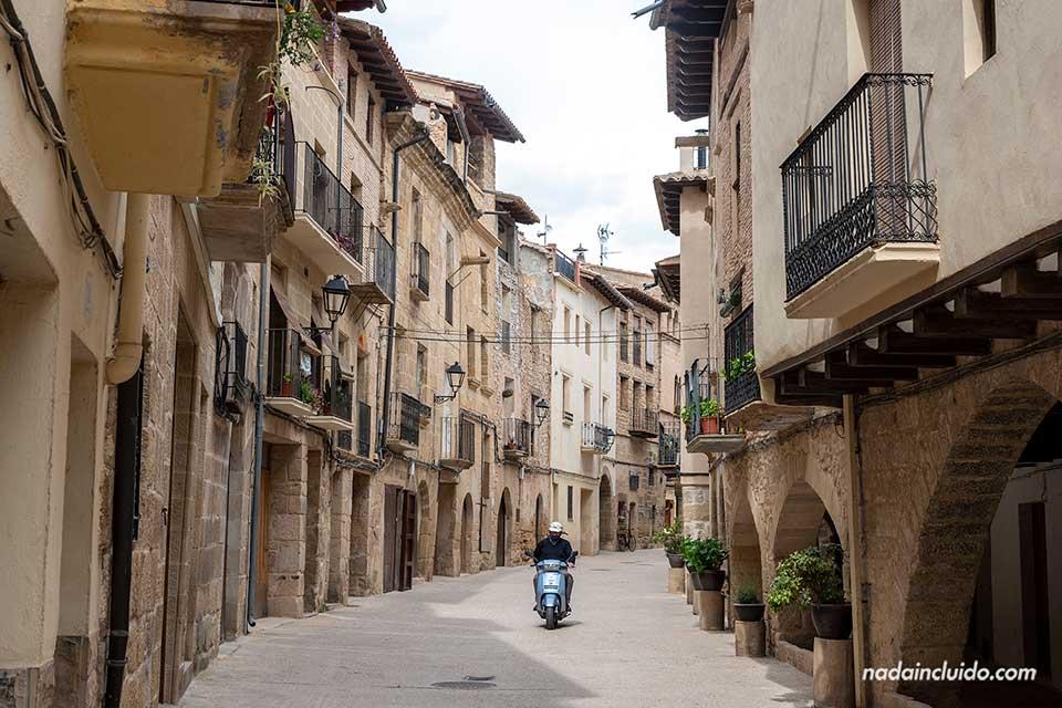 Motorista en la calle Mayor de La Fresneda (Matarraña, Aragón)