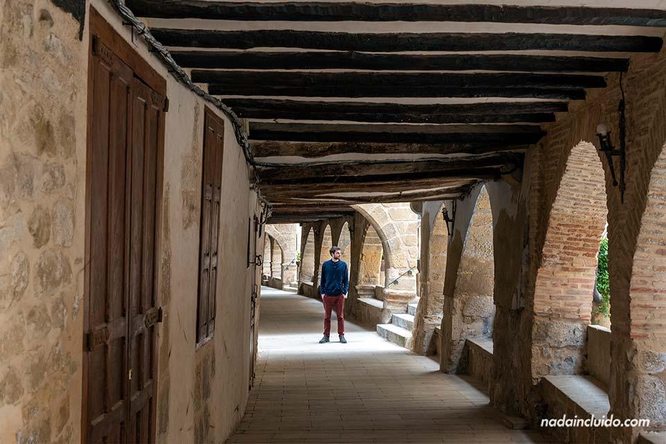 En los soportales de La Fresneda, uno de los lugares para ver en el Matarraña (Aragón)
