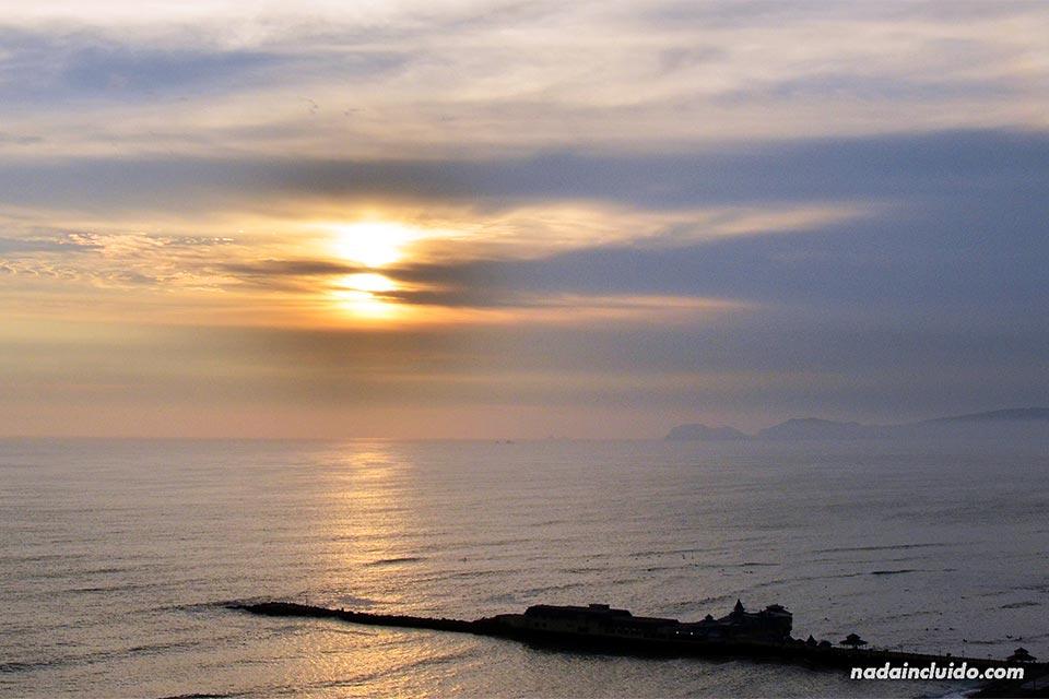 Vista de la playa de Lima desde el barrio Miraflores (Perú)