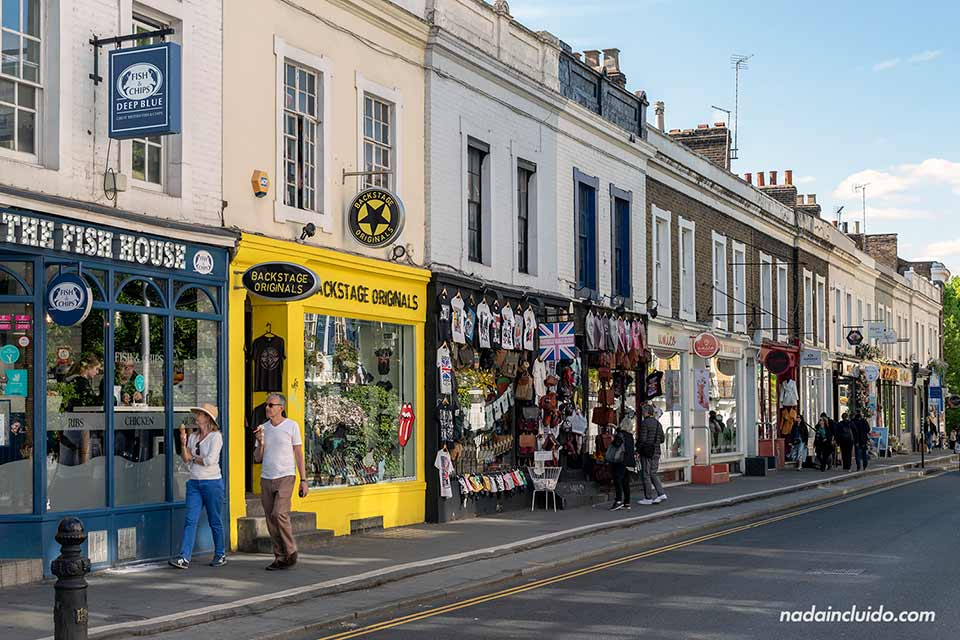 Turistas paseando por la calle Pembridge de Nothing Hill (Londres, Inglaterra)