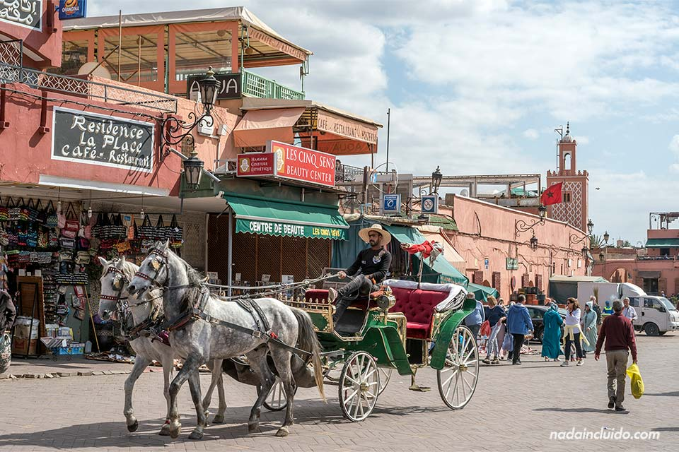 Carro de caballos en la Plaza Yamaa el Fna. Marrakech (Marruecos)