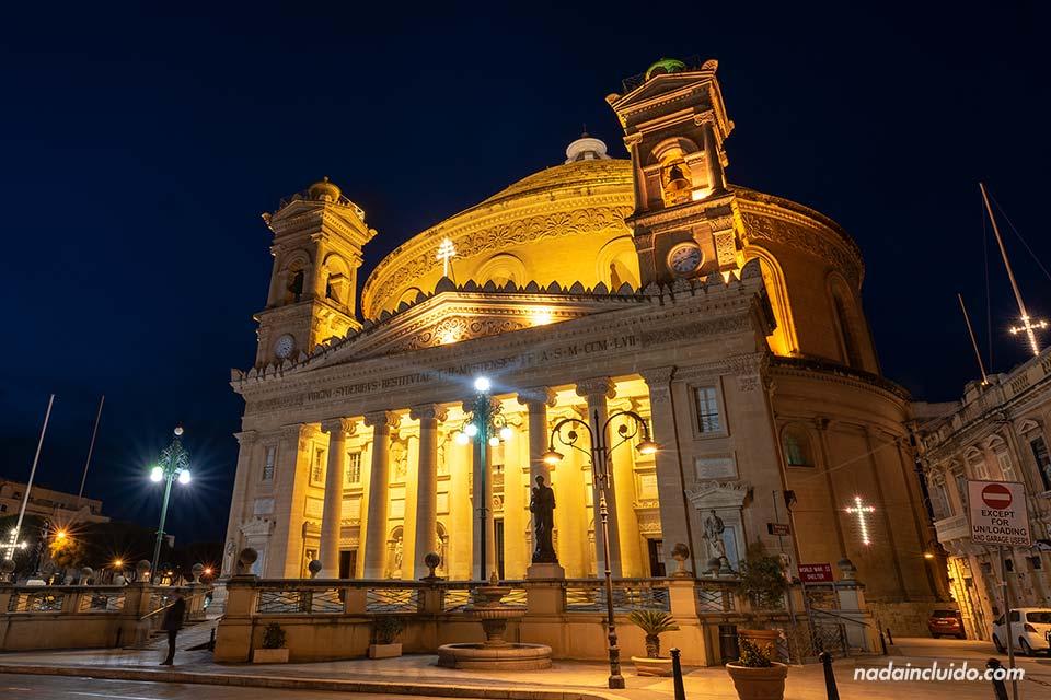 Iluminación nocturna de la Rotunda de Mosta (Malta)