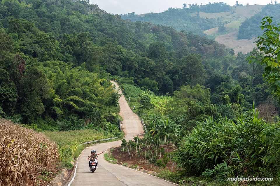 Ruta en moto hacia las Sai Ngam Hot Spring, en la provincia de Mae Hong Son (Tailandia)
