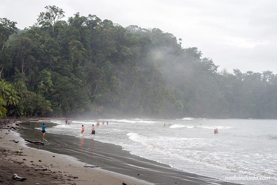 La niebla cae sobre playa Ventanas (Costa Rica)