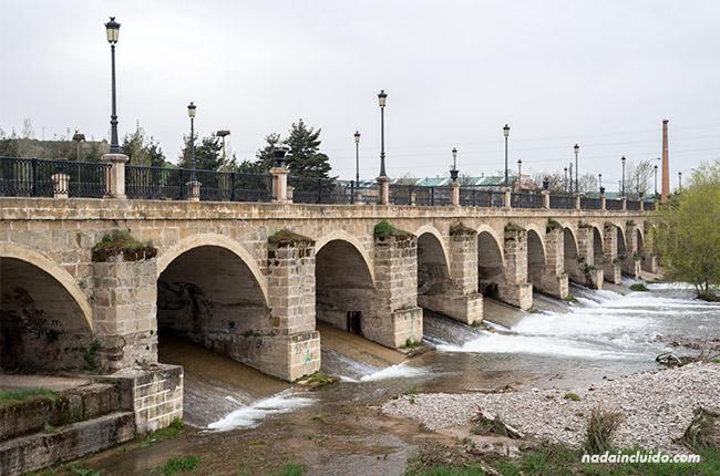 Puente sobre el río Oja en Santo Domingo de la Calzada (Rioja, España)