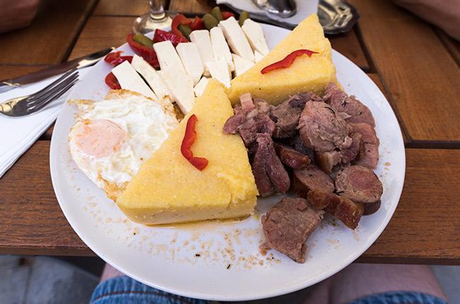 Plato de comida rumana con polenta (Suceava, Rumanía)