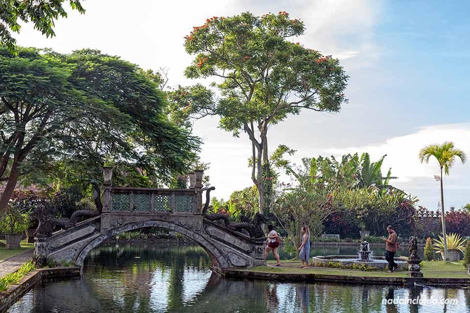 Puente en el Tirta Ganga Royal Garden (Bali, Indonesia)
