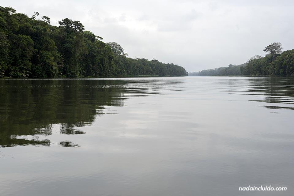 Navegando por los canales de Tortuguero (Costa Rica)