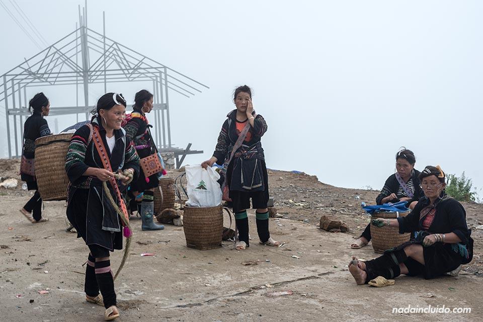 Sherpas esperando para hacer un trekking por Sapa, Vietnam