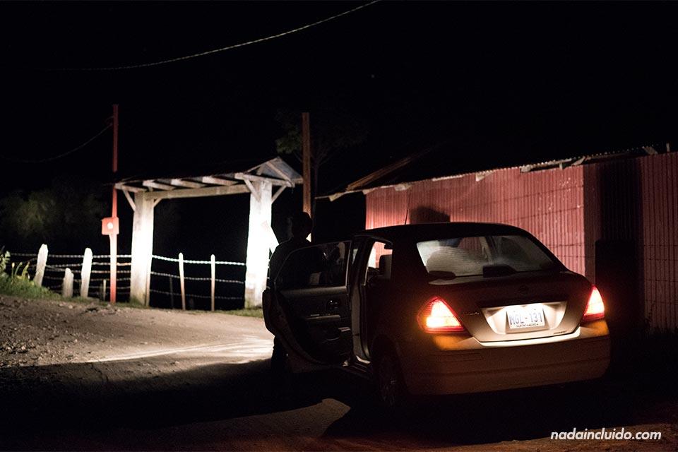 Buscando por la noche el Albergue Cortijo el Quetzal (Turrialba, Costa Rica)