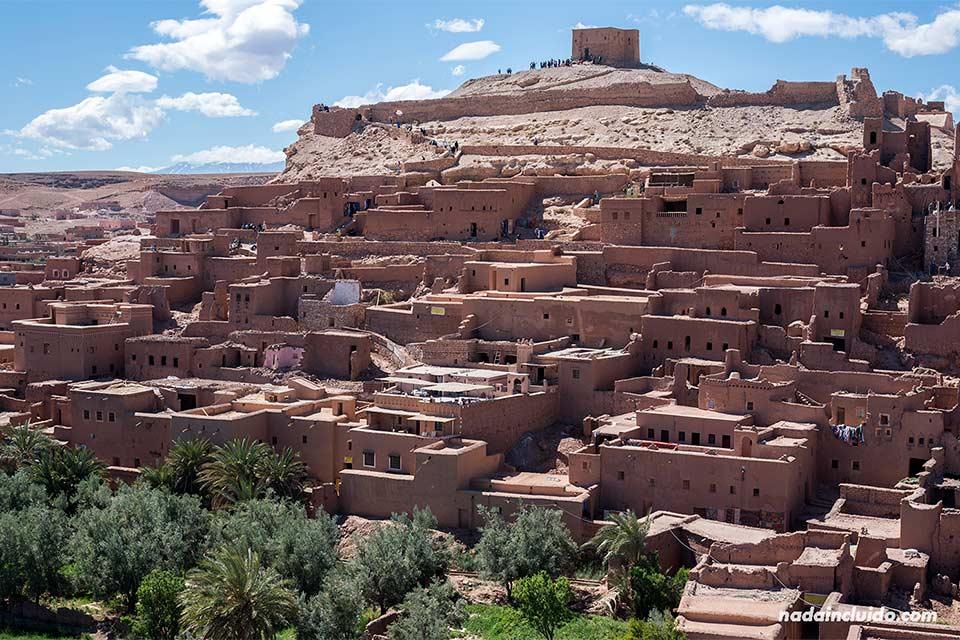 Vista del Kasbah de Ait Ben Haddou desde un montículo (Marruecos)