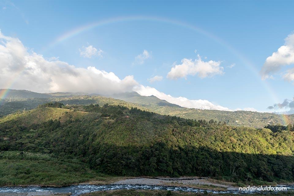 Arcoíris sobre el río Caldera, Boquete (Panamá)