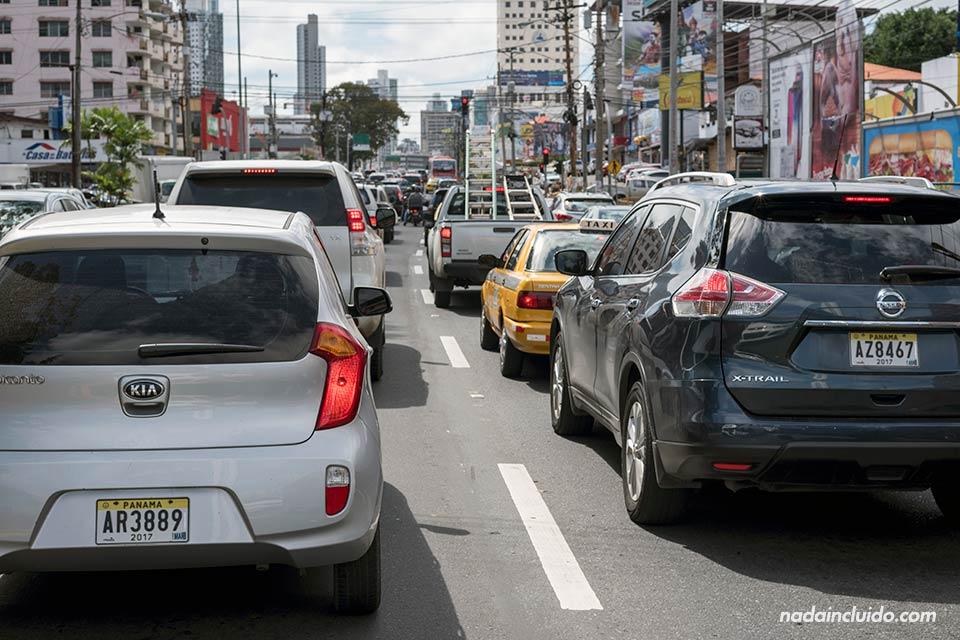 Tráfico de coches en ciudad de Panamá